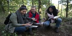 Jugendliche mit GPS-Gerät